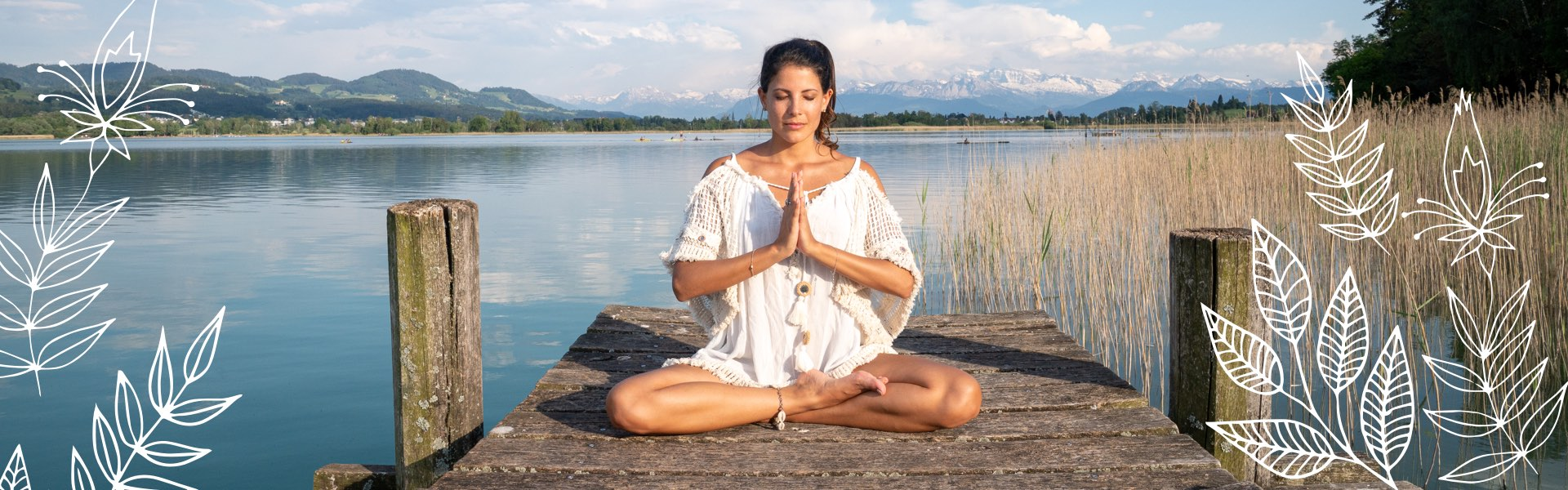 Entspannung am Wasser – Frau sitzend auf Steg in Joga-Position